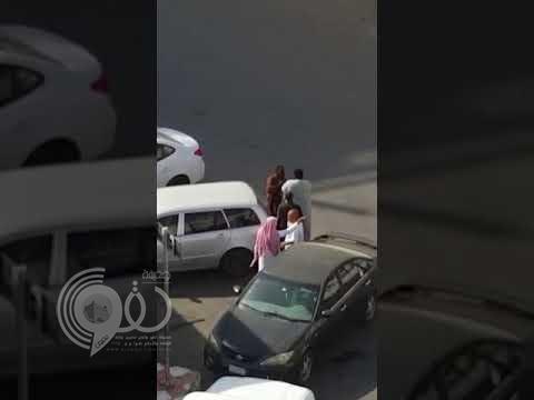 شاهد .. شخص في حالة غير طبيعية يعتدي على المواطنين في محايل