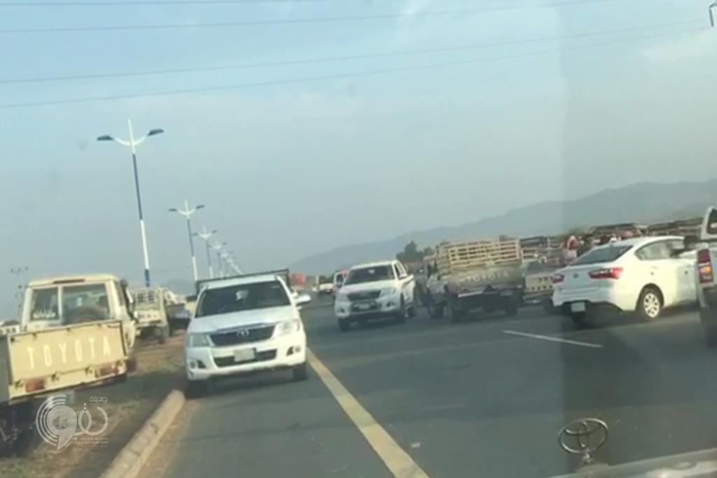 للمرة الثانية مواطن بمركز الحقو يرصد بالفيديو زحام وسوء التنظيم يُعطّل الحركة المرورية
