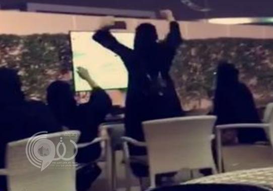 """فيديو لـ 3 سعوديات يشاركن في """"بروفة"""" لتشجيع الاتحاد يثير جدلًا"""