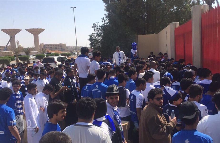 شاهد.. زحف جماهير الهلال يجبر الأمن على فتح بوابات الاستاد قبل المباراة بـ7 ساعات