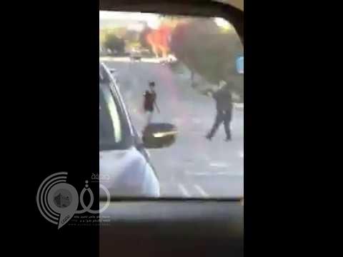 شاهد مبتعث سعودي يهاجم المارة في شوارع أمريكا.. فيديو