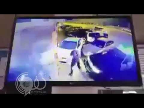 شاهد لحظة محاولة شخص اقتحام محل بسيارته.. وهكذا تعاملت معه الدوريات الأمنية!