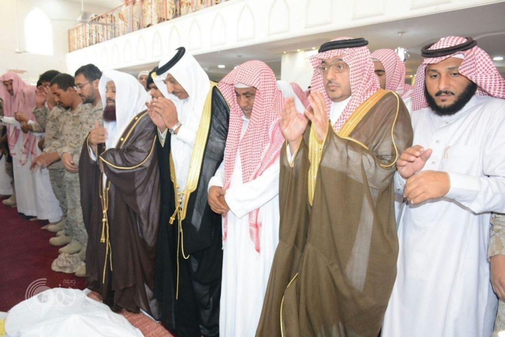 وكيل إمارة جازان يتقدم الصلاة على الشهيد جندي أول محمد زرير