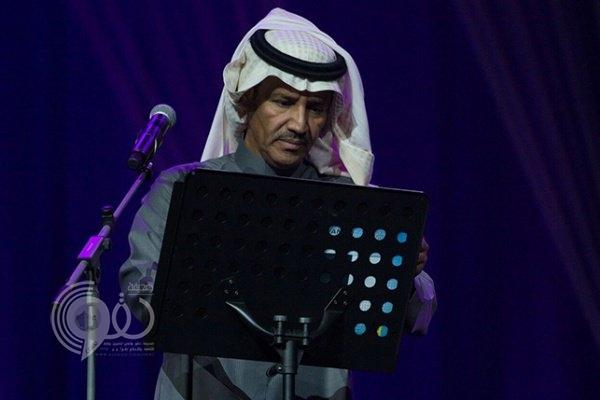 خالد عبدالرحمن يفاجئ جمهور الرياض باعتذار على خشبة المسرح !!
