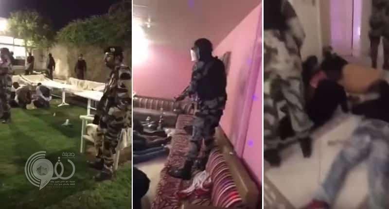 شاهد: لحظة مداهمة شرطة الرياض وقوات الطوارئ أوكار دعارة واستراحات مشبوهة