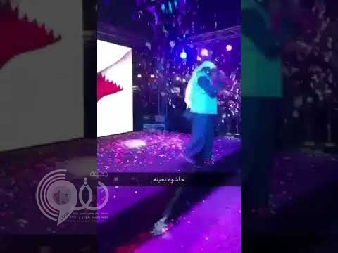 شاهد لحظة انفجار ألعاب نارية في وجه فنان كويتي وسقوطه على المسرح  !
