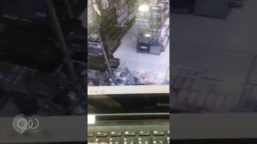 """القبض على """"ملثمَين"""" اقتحما صيدلية في الطائف وهددا الموظف وأحد الزبائن بسكين (فيديو)"""