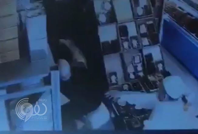 بالفيديو.. شخصان يعتديان بالضرب على عامل في محل لبيع التمور