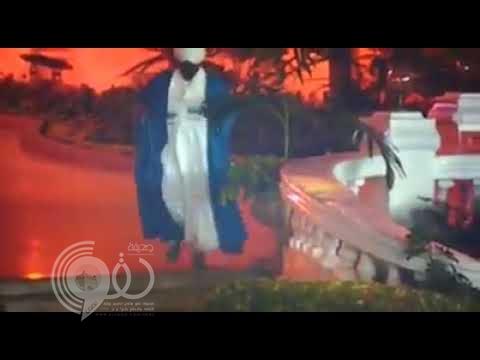 """بالفيديو : شاهد الرئيس السوداني """"عمر البشير"""" يرمي علم بلاده على الأرض!"""
