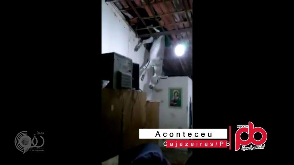 بالفيديو.. حمار يفاجئ برازيليين بالسقوط عليهم من سقف المنزل