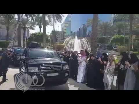 """شاهد .. لحظة استقبال الأمير"""" الوليد بن طلال"""" عند وصوله إلى برج المملكة بعد خروجه من فندق الريتز"""