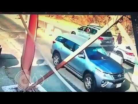 شاهد رجل أمن يتصدى لمحاولة فرار قائد مركبة في جازان.. فيديو