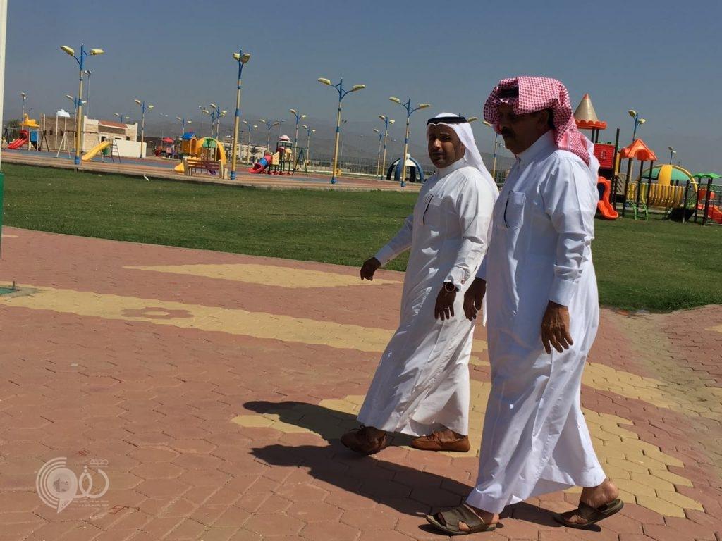 شاهد بالصور رئيس مركز الحقو يتفقد مشاريع البلدية في عدد من المواقع