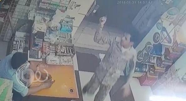 شخص بزي عسكري يسطو على محل ويهدد بقتل البائع في العارضة بجازان