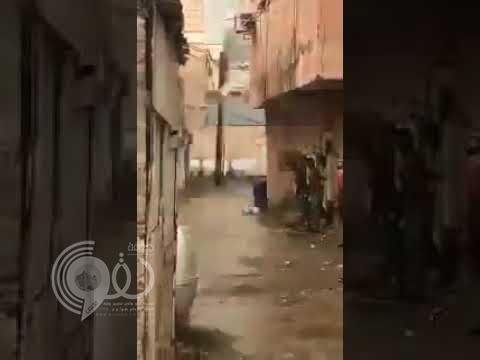 شاهد اشتعال عامود ضغط عالٍ داخل حي سكني في جازان.. فيديو
