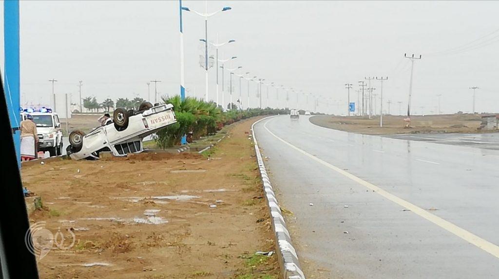 """عاجل .. الأمطار تؤدي إلى إنزلاق مركبة على طريق """"الحقو – الريث"""" – صورة"""
