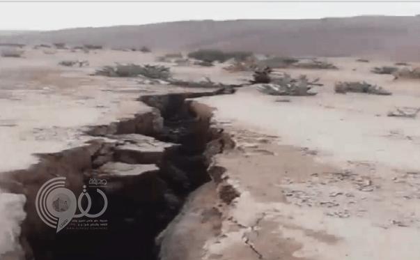 أستاذ في الجيولوجيا يكشف لغز ظهور حفر أرضية عميقة في المملكة .. وهذا ماحذر منه!