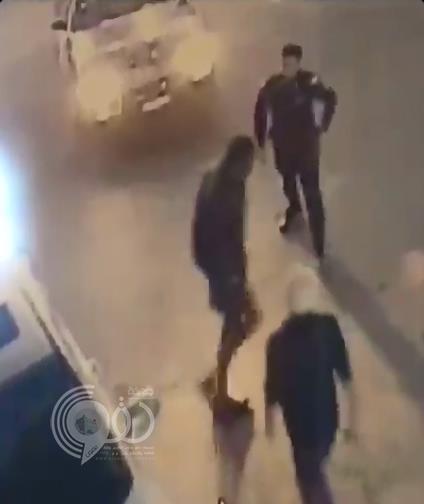 شاهد.. شبان يتدخلون لمساعدة رجل أمن للسيطرة على شخص في حالة غير طبيعية بتبوك