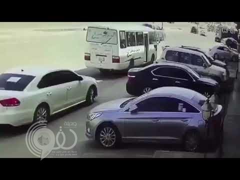 شاهد.. قائد سيارة يسير عكس السير ويصدم حافلة وكاد أن يدهس طفلين!