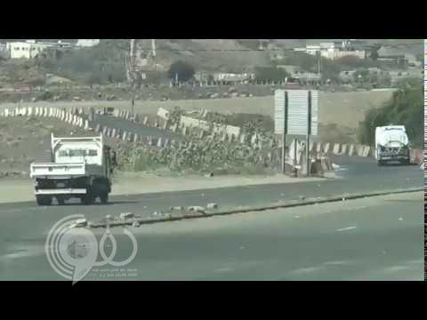 فيديو صادم لسير سيارات وشاحنات عكس الاتجاه بأحد شوارع جازان