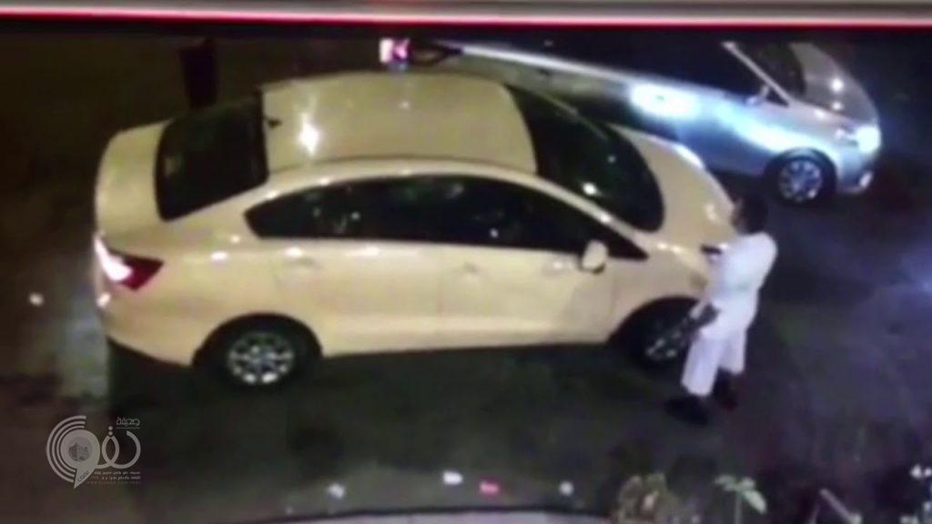  فيديو يوثق لحظة اعتداء شخصين على قائد سيارة بالضرب في جدة ثم يسرقانه