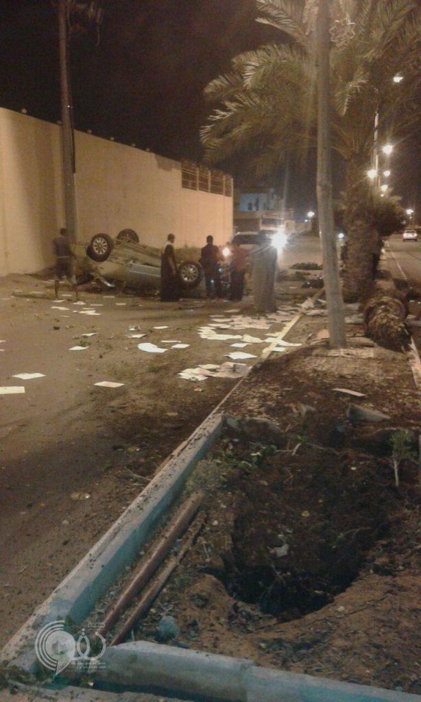 """مركز الحقو : إنقلاب سيارة """"مُقيم"""" بعد إصطدامها بأحد أعمدة الإنارة بجوار قصر الحياة – صور"""
