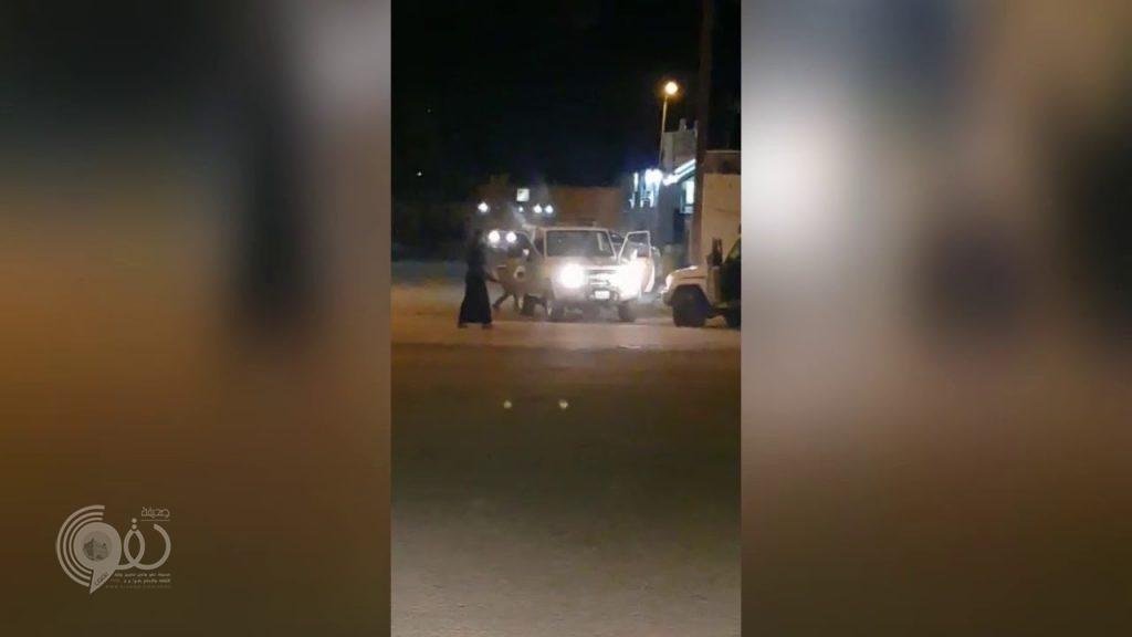 شاهد: تبادل إطلاق نار بين مطلوب يحمل سلاح رشاش ورجال أمن في جنوب المملكة