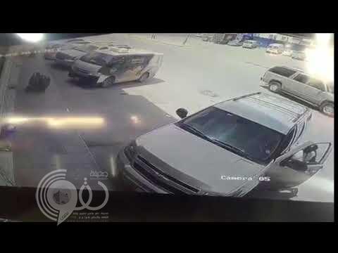 """بالفيديو.. سرقة """"تاهو"""" في وضع التشغيل بالرياض.. وسائقها يتعلق في السيارة لإيقاف اللص"""