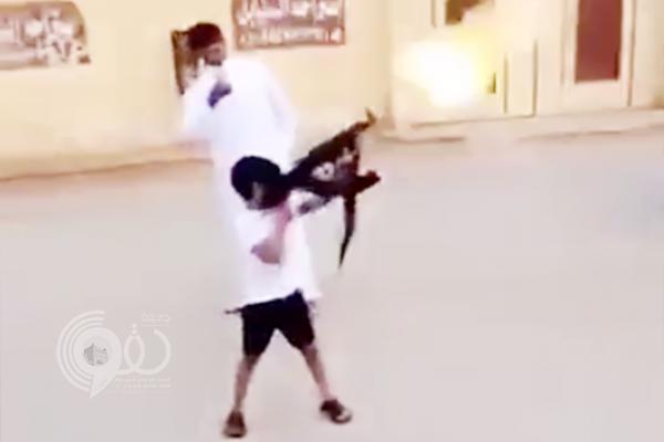 """شرطة الرياض تبحث عن """"الطفل حامل الرشاش"""" وأسرته.. و مالك الاستراحة يٌعلق !!"""