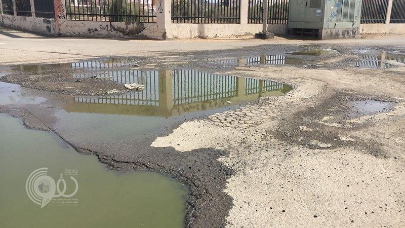 مياه المجاري تهدد سكان حي المطار بجازان بسبب أحد المنازل
