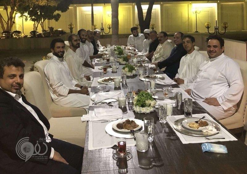 شاهد .. بلا رسميات ولي العهد يستضيف رؤساء الدول العربية على مأدبة عشاء