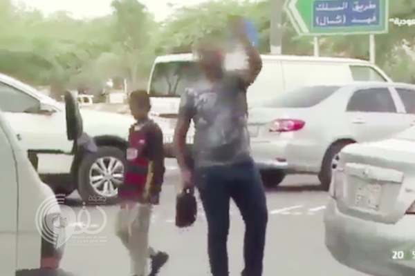 """بالفيديو.. """"زعيم"""" متسولين يهدد طاقم تصوير القناة السعودية"""