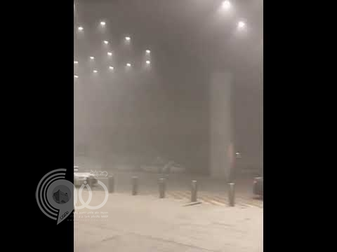 شاهد اجتياح موجة الغبار مطار الملك خالد.. فيديو