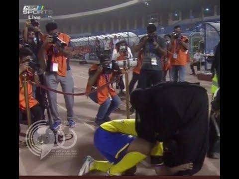 """شاهد.. الهريفي يقبل قدم والدته في حفل اعتزاله.. وشكره لها يدر دموعها """"الله يوفقه مثلما بر فيني"""""""