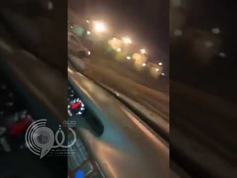 بالفيديو.. متهور يعكس السير ويتسبب في حوادث مرورية بأحد شوارع المدينة