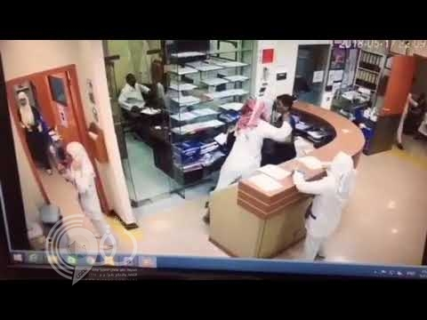 مواطن يهاجم موظف استقبال بسكين ويوجه له عشرات الطعنات في جسده بمستشفى بالمدينة.. فيديو