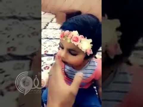 شاهد بالفيديو : طفل يتعاطى الدخان ويضع السيجارة في فمه .. ومتحدث العمل يعلق