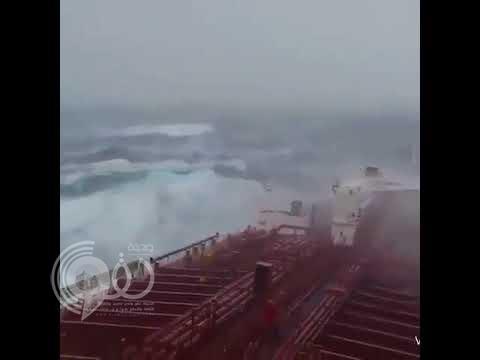 قبل وصولها السعودية.. اللقطات الأولى لهيجان بحر العرب إثر عاصفة مكونو