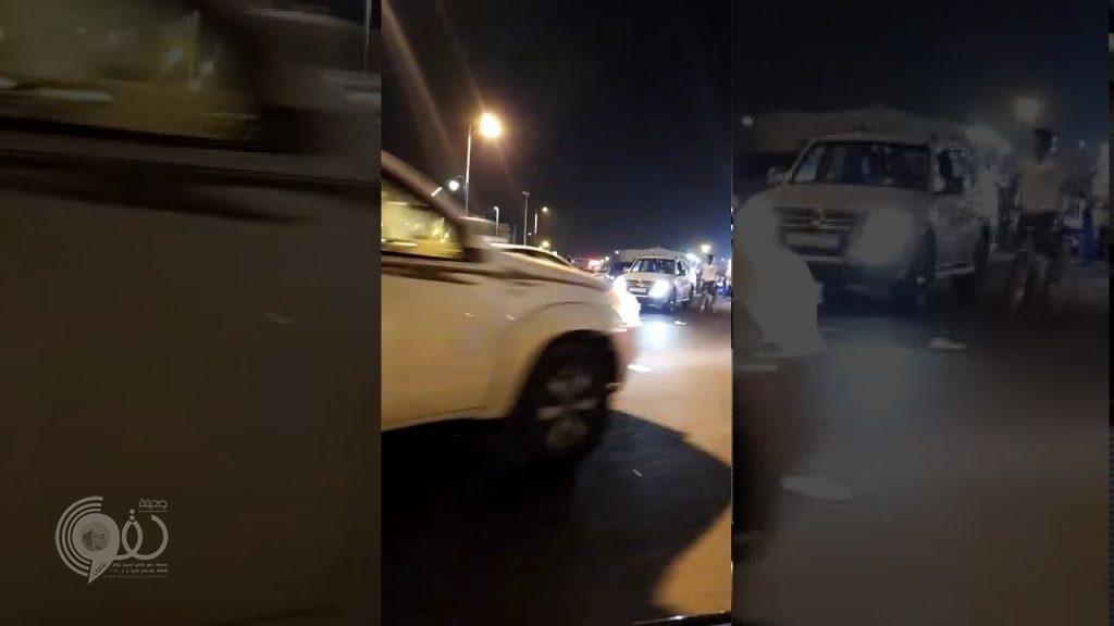 """بالفيديو.. حادث مريب لأطفال يعيد سيناريو """"دراجي اليرموك"""" بجازان"""