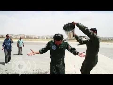 تصرف غريب .. شاهد .. ضباط أردنيون يسكبون الماء على ولي العهد !