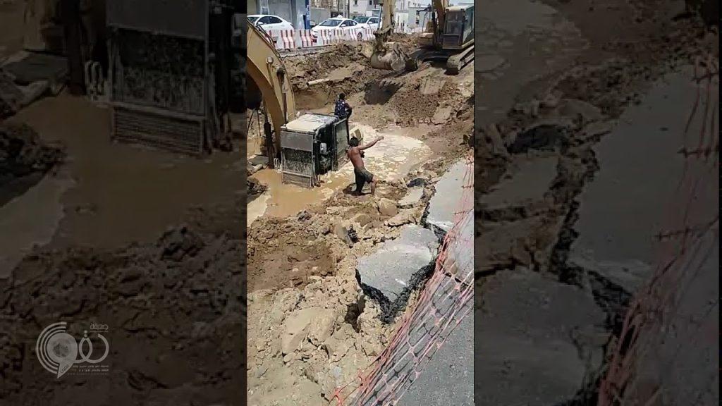 """بالفيديو.. المياه تبتلع """"بوكلين"""" أثناء حفره بمشروع جسر التوحيد بجازان"""