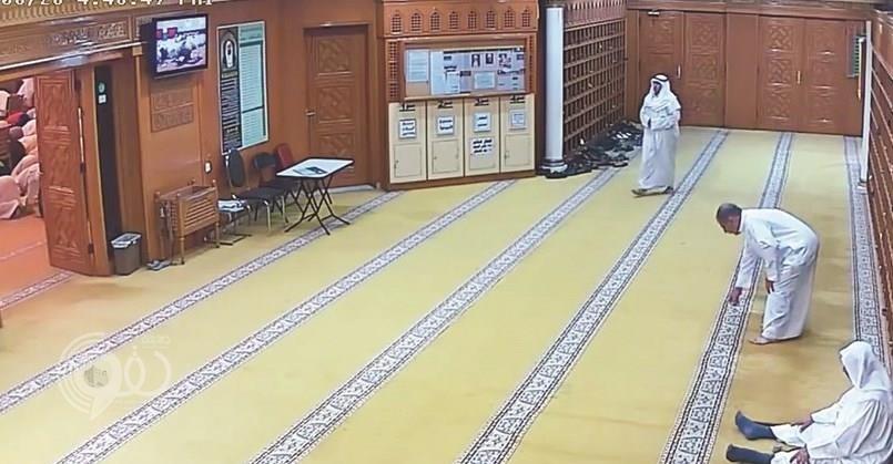 شاهد: لحظة دخول إرهابي مسجد كويتي وتفجير نفسه أثناء الصلاة.. قتل وأصاب 250 مصلياً!