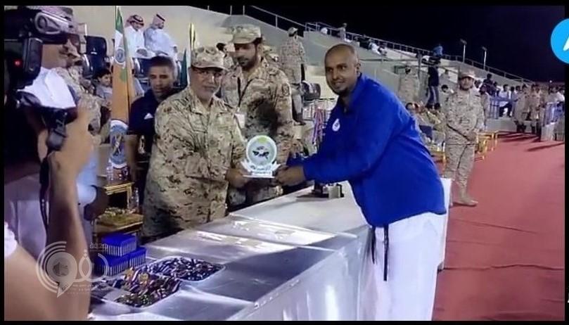 """شاهد : """"الحقوي"""" مدرب لواء الملك عبدالعزيز الآلي يقدم عرض لطلابه في لعبة التايكوندو"""