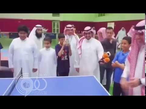 بالفيديو.. وزير التعليم يقبل تحدي طالب في مباراة تنس طاولة