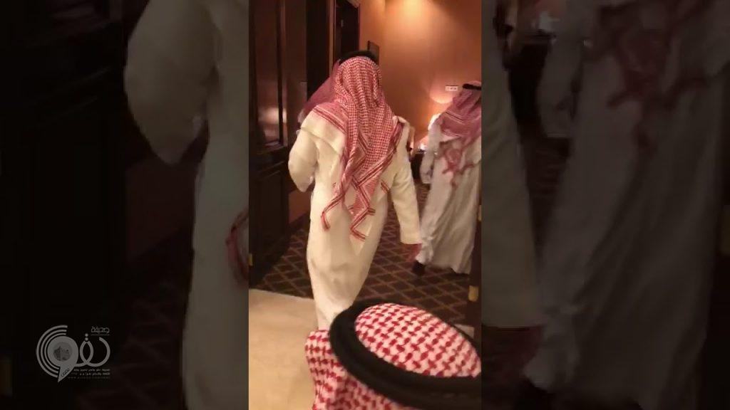 """شاهد .. ولي العهد يزور عمّه """"مقرن بن عبدالعزيز"""" في جدة"""