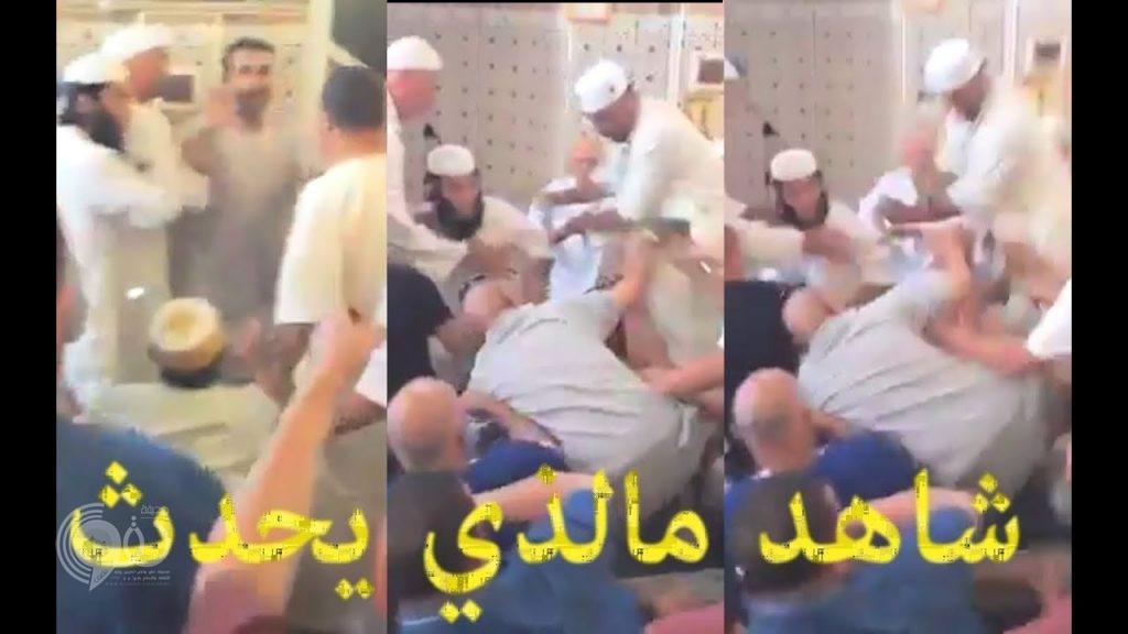 شاهد.. إمام مسجد يعتدي بالضرب على أحد المصلين في الجزائر