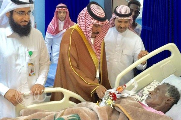 """""""أبوشرحة"""" يعايد المنومين بمستشفى بيش.. صور"""