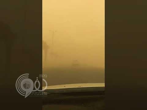 شاهد بالفيديو.. معاناة قائدي المركبات في جازان بسبب موجة الغبار