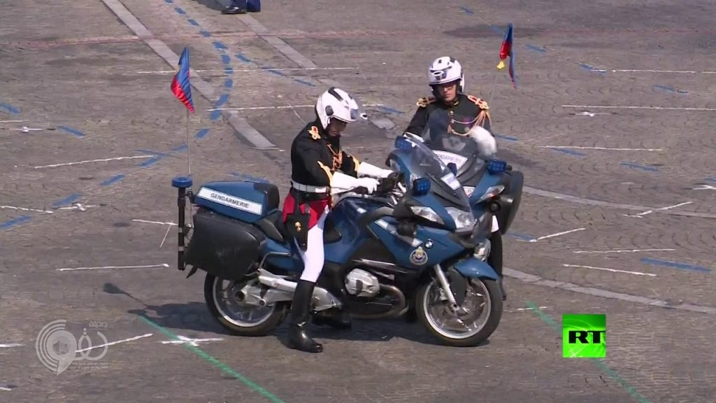بالفيديو: حادثة محرجة أثناء الاحتفال بالعيد الوطني الفرنسي بحضور ماكرون