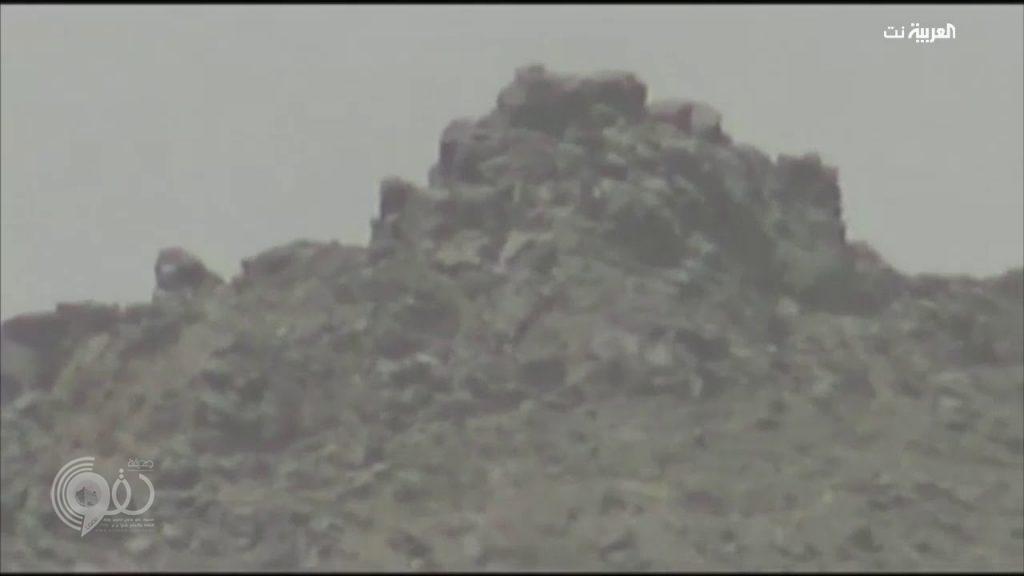 """""""ظنوا أنهم في مأمن من الرصاص"""" .. شاهد لحظة اصطياد الحوثيين أسفل الجبل"""